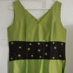 Brand: Skræddersyet Varetype: *NY* Smuk Silkekjole med broderi og perler Størrelse: S/M Farve: Limegrøn Oprindelig købspris: 1100 kr.  ALDRIG BRUGT  Super smuk kjole i fed silke med håndbroderede blomster og påsatte perler i samme farve som kjolen.  Jeg har en taske i samme design og købt i samme butik dertil. Den har sin egen annonce.  Udover det har jeg to sjaler (i glat silke)  Jeg har også to andre kjoler fra samme butik - tasken kan også bruges dertil.  Alle har deres egne annoncer  Sælger gerne det hele samlet til en meget billig pris.  Materiale: 100% silk (handmade)  Mål: Længde; ca 104 cm Brystmål: ca 2x45 cm   *** se også mine andre annoncer ***