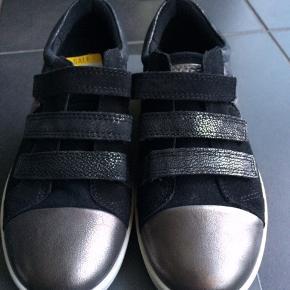 NYE ECCO SKO  Flotte sko en sort/sølv samt m velcrolukning. De er dejlige og behagelige at gå i.  Måler 22 cm  MP 295,- pp