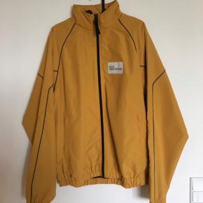 Newline HALO track jakke. Sælges også som et helt sæt med track bukser.  Helt som ny, aldrig brugt og stadig med hangtag.   Nypris: 1.100 DKK  Mindstepris: 480 DKK (inkl. fragt)