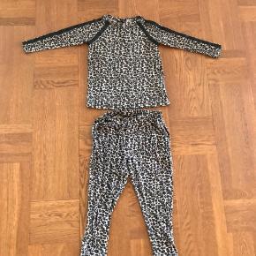 Lækkert blødt sæt med leo print.  Blusen er brugt lidt mere en bukserne og er god men brugt, bukserne næsten nye.  Begge dele uden huller og pletter.