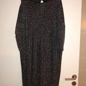Sort og sølv mønstret Monki kjole.