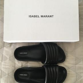 Varetype: Sandaler Farve: Sort Oprindelig købspris: 2400 kr.  Isabel Marant, Hellea, læder sandaler, str. 36. De er vildt lækre, men er desværre købt for små sidste sommer. De har aldrig været brugt! Æske og dustbag medfølger selvfølgelig. Nypris 2.400 kr. Byd gerne