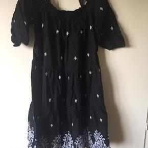 Fin broderi anglaise kjole