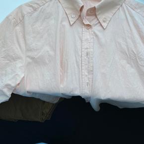 Fin lyserød/laksefarvet skjorte fra Mango. Perfekt til en sommeraftener ud over en t-shirt eller andet.💓
