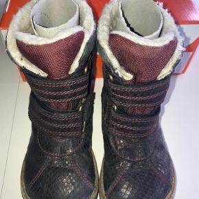 a4ba2bfe281 Varetype: Vinterstøvler Farve: Bordeaux Super lækker vinterstøvler fra Arauto  Rap i metallic bordeaux snake