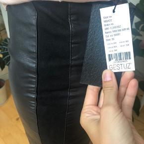 Helt nyt lædernederdel, med prismærke. Det er rigtig læder og har en ruskinds stribe i hver side.