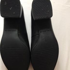 Nypris 700-800kr  Sort læder Model jamilla  Fremstår som ny. Aldrig brugt  For store til mig og derfor sælger jeg dem   Modellen er denne https://www.lykkebylykke.dk/shop/vagabond-sko-jamilla-27104p.html