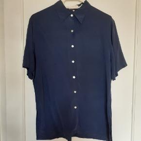 Retro, 100% silk skjorte. Sender gerne flere billeder hvis ønsket. Kan afhentes i Virum eller sender gerne.