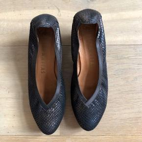 Practically unworn shoes in brown bronze color