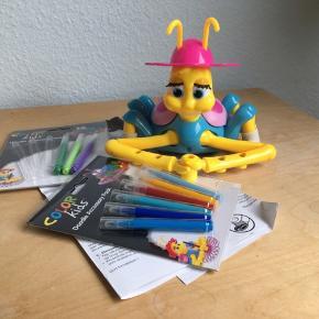 Color kids Krusedulle-Karla tegnemaskine inkl tuscher. Drej den blå skive, for at vælge et mønster, sæt hende på et stk papir. tryk på hendes skjold, og se hende tegne løs. Tag støvlerne af krusedulle-Karla og farv undersiden og brug dem som stempler. Hendes hat kan tages af og bruges som skabelon til mange forskellige former. Kommer fra et ikke ryger hjem. Sendes mod betaling eller afhentes i 2990 Nivå
