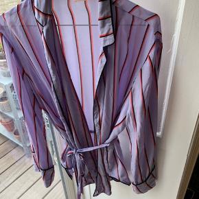 Super smuk kimono/bluse/skjorte i 100% silke.   Nypris 1800kr.   Con: 7,5/10