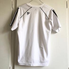 Gammel Adidas sports trøje. Vil vurdere størrelsen til at være en Str. M
