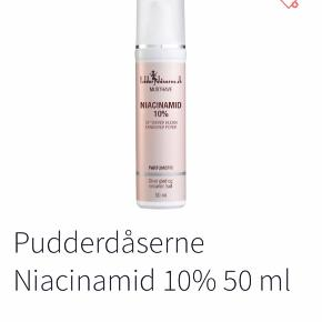 Pudderdåserne Niacinamid 10% er et serum, som giver en mere ensartet hud. Det indeholder niacinamid eller B3-vitamin, som også er kendt som ingrediensen der virker mod alt. Det er blandt andet kendt for at modvirke grove og forstørrede porer, mærker efter bumser, pigmentpletter og hudorme. Det giver kort sagt en generelt finere hud med fornyet glød. Derudover indeholder serummet Miniporyl, som er et ekstrakt af rødkløver. Dette har vist sig at kunne reducere mængden af overskydende talg fra hudens overflade og mindske udseendet af grove porer. Hvis serummet bruges 1-2 gange om dagen, vil man se et resultat efter 2-4 uger. Så Pudderdåserne Niacinamid 10% kan bruges til alle, som ønsker at forbedre udseendet af deres hud.   Fordele:  Serum Giver en mere ensartet hud Modvirker grove og forstørrede porer Har en positiv effekt på mærker efter bumser Modvirker pigmentpletter og hudorme Giver en finere hud med mere glød Resultat efter 2-4 uger Til alle hudtyper Parfumefri  Anvendelse:  Bruges på afrenset hud Masseres ind i huden med cirkulære bevægelser Afslut med dag/natcreme Kan bruges morgen og /eller aften