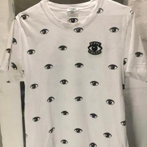 Sælger denne lækre t-shirt fra Kenzo. T-shirten er købt i butikken Barneys New York i Las Vegas sommeren 2017. T-shirten er brugt to gange og har ellers bare hængt på en bøjle.   Har du spørgsmål til noget, så send endelig en besked😉
