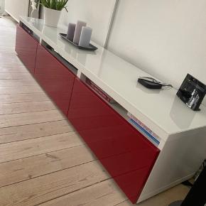Ikea Bestå tv-bord 180x42x38 cm i hvid med rød højglans skuffefronter.  Fejler intet og har altid været beskyttet af en glasplade.  Sælges, og er klar til afhentning på adressen.