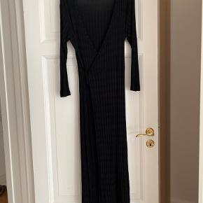 Slå-om kjole fra Mads Nørgaard. Købt og brugt under graviditet, så fremstår som ny.