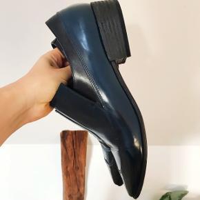 Lækre blå Vic Matié sko med lak-overflade. Brugt 1 gang. Nypris 2700kr