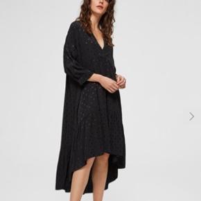 Brugt en del men fremstår som ny!  Den fineste kjole fra selected, sælges da jeg trænger til nyt!
