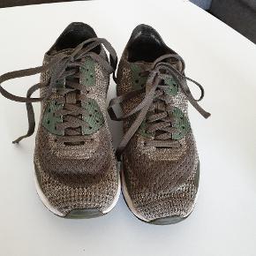 Nike Air Max, købt i NY for et år siden. Str.36 1/2. Brugt men i ok stand. En lille skade under snøre på den ene sko, som næsten ikke lægges mærke til og som betyder ikke noget for funktionen. Bud modtages.