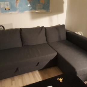 @FREIHEITEN sovesofa/chaiselong sofa sælges. Købt i 2017 og har ingen tegn på skader eller mangler.  Sofaen kan trækkes ud til at soves på og har et rum under, hvor dyner og andet kan opbevares    Sofaen er støvsuget og rengjort.   Nye billeder er sat ind   Møblen sælges grundet flytning. Den kan afhentes i Århus ved nærmere info skriv besked.