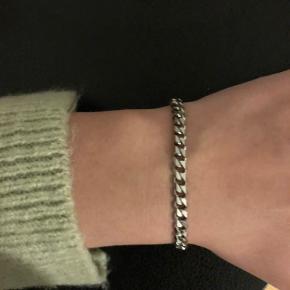 Kan ikke huske hvad modellen hedder.   Rigtig fint armbånd fra maanesten i sølv. Brugt lidt, men ikke tegn på slid.  Sælges da jeg ikke går med sølv mere.