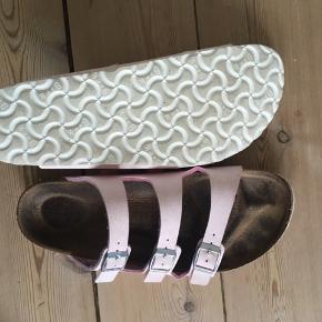 Sandalerne er kun brugt indendøre henover vinteren (købt i Oktober 2019)