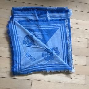 Flot nyt silke/uld tørklæde  Stort firkantet Fås i butikkerne nu