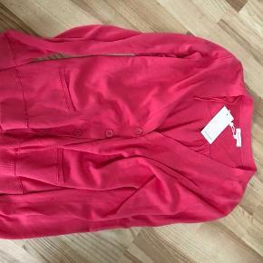 Det er helt nyt , og har tabt mig inden brug.  Der er også tøj fra JACKPOT  PRIS PR. DEL 150,00 kr  Langt under priserne.