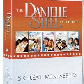 0101  Danielle Steel Collection 5 Great Miniseries - Vol. 3 - DVD Dansk tekst - I FOLIE    Danielle Steel er en amerikansk forfatter, som skriver populær-litteratur med fokus på romantik og drama. Steel har solgt mere end 800 millioner eksemplarer (i 2005) over hele verden. Hun er den til dato fjerde mest solgte forfatter og er uden tvivl den bedst sælgende nulevende forfatter. Hendes romaner har ligget på New York Times' bestseller-liste i 390 uger i træk, og 22 af romanerne er blevet filmatiseret til tv.   Boksen indeholder følgende titler:  - Palomino (1991) - A Perfect Stranger (1994) - Once in a Lifetime (1994) - Mixed Blessings (1995) - No Greater Love (1996)