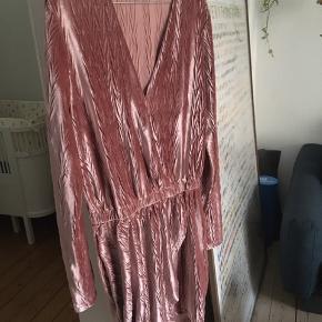 Aldrig brugt. Smuk rosa kjole fra Nelly 🌸