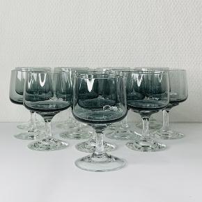 12 stk Atlantic rødvinsglas. Designet af Per Lütken for Holmegaard i 1962. Glasset er labrador farvet med glat kumme mens stilk og fod er udført i hvidt glas. Højde: 12,0 cm. Diameter: 6,5 cm.