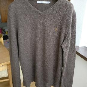 Lækker klassisk sweater i ren lammeuld model Nevillelam. Farven er brun /grå nuance Mp 250