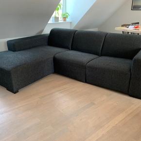 3 personers sofa med chaiselong i god stand. Sælges gerne hurtigt, da jeg får ny sofa snart. Puf følger med.  252 cm lang 90 cm dyb  75 cm høj ved ryg 58 cm høj ved armlæn 180 cm dyb ved chaiselong Puf: 45x45x45 cm
