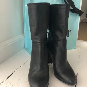 Fede støvler med blødt skaft (så de falder lidt sammen). Så fede, men lidt for høje til mig.  Super stand - er stort set ikke brugt!