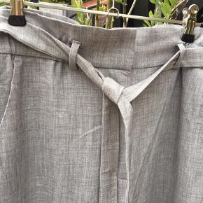 Næsten nye bukser fra H&M str. 40. Fine 'kontoragtige' i stilen. Klassiske og lette i materialet. Kun brugt et par gange.,