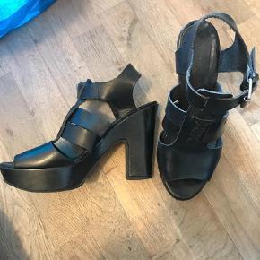 Varetype: Heels Farve: Sort Oprindelig købspris: 1200 kr.  Cool gardenia sandaler i sort skind med hæl og plateau. Str 38.