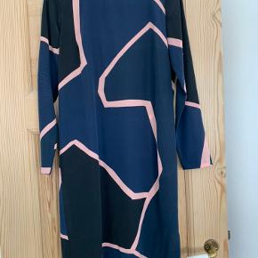 Lang kjole fra Stine Goya i mørkeblå. Model Luis Barragan i str. XS. Fejler intet, brugt en enkelt gang. Oprindelig pris 2500.