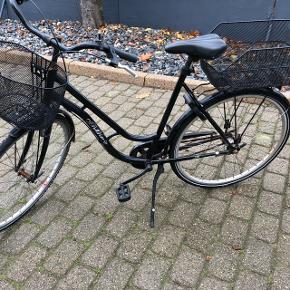 Sort cykel med 3 gear. Den fungere optimalt, den er lidt rusten nogle steder eller fin. Byd.