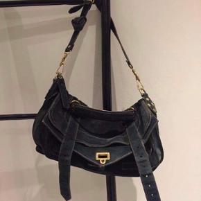 Lækker Proenza Schouler taske med oprindelig farve i en lilla, men er farvet til sort. Tasken er lidt slidt med mange år igen, men da jeg ikke får den brugt vil jeg hellere sende den videre 😊 Den har noget slid på remmen, men den har et lækkert råt look til sig, som jeg personligt godt kan lide ! Kom med bud ! Kun seriøse henvendelser 🙏🏼
