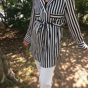 Klassisk stribet By Malene Birger skjorte med bindebånd, som kan bindes på forskellige måder ⚫️⚪️