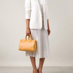 Denne autentiske Louis Vuitton Speedy Handbag Epi Leather 25, lavet af gult epi læder, har dobbeltvalsede læderhåndtag, sidelomme udvendigt og guldfarvet hardware.  Dens lynlås lukker op til et gult rå læderinteriør med en lilla sliplomme. 30x18x22cm. Autenticitetskoden er: VI 0913.  Kvittering, lås, to nøgler og dustbag medfølger.  Bud er velkomne gennem Trendsales' budsystem. Tryk 'køb nu' og derefter 'afgiv bud' 👌🏻🌸