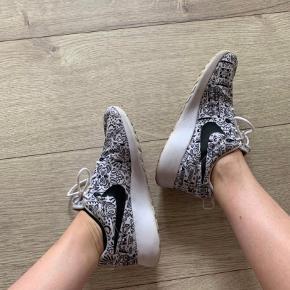 Nike roshe run, hvid og sort mønster, str 36,5, god men brugt. Nypris 899,-  #trendsalesfund