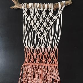 Håndknyttet macrame vægtæppe i bomuldssnor drivtømmer fra Jyllands kyst. Håndfarvet med naturlig avocadofarve.   Måler ca 45x33 cm uden ophængssnor