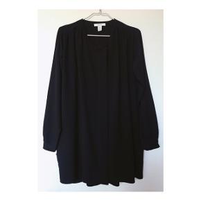 Skjortekjole med lynlås - fra Issue 1.3 i str. small. Kan både bruges som kjole eller som en form for blazer sammen med et par jeans og en top elle bluse. Sammensætningen består af 96% polyester og 4% elastan. Er blevet taget i brug en enkelt gang - standen er derfor som ny. Org. pris: 500 kr.   Mp: se prisen + evt porto  Tag gerne et kig på mine mange andre annoncer også - sælger ud af massere lækre sager bl.a. fra Zara, Moss Copenhagen, Gina Tricot, Gestuz og Envii.
