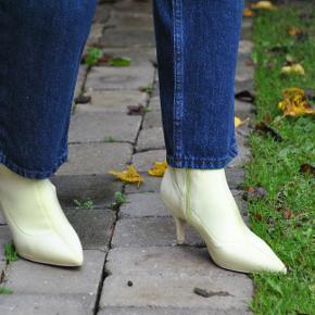 Lækre sok-støvler med spids i en frisk limegrøn farve :)  Skoene bliver rengjort inden afsending.   Fragt er inkluderet i prisen.