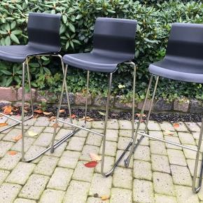 3 stk barstole, chrom med sort plast.  Højde til sæde 75 cm, fuld højde 100 cm.  Prisen er pr. stk.