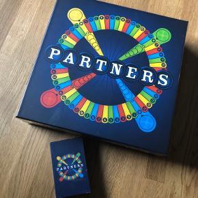 Sælges for søster  Nyt partners spil med ekstra kort. Har fået en knæk bagpå. Tænker ikke det fejler noget  Har 2 ekstra kort ved siden af man kan købe med til = 50kr pr pk