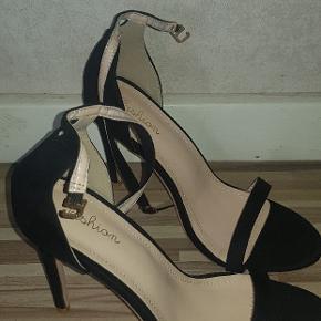 f1744041357 Højhælede sko i sort. Aldrig brugte og helt nye - str 42