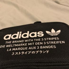 Adidas skulder taske købt for 400kr i fortlocker. Sædlegemer den til 200kr