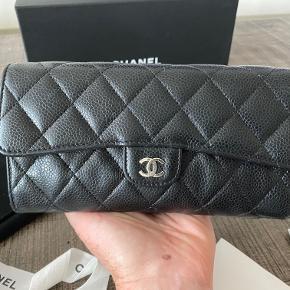 Super fin sort Chanel pung i caviar med silver hardware. Den er købt i Chanel-butikken i Dallas, USA. Alt medfølger inkl kvittering. Den er i fin stand, brugstegn ses primært indvendigt. Skriv for flere billeder. Sendes fra USA, så kontakt mig for yderligere info. Nyprisen var 6800,- Pris: 4300,- inkl. porto